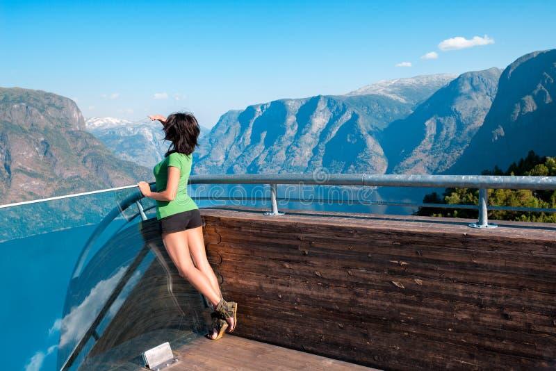 Kobieta cieszy się scenics od Stegastein punktu widzenia obrazy stock