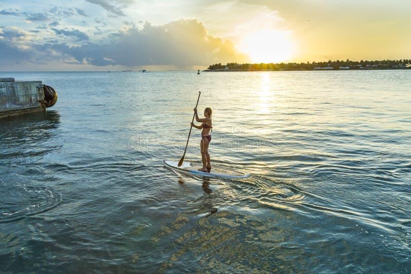 Kobieta cieszy się Stoi Up Paddle surfing w Key West zdjęcie royalty free