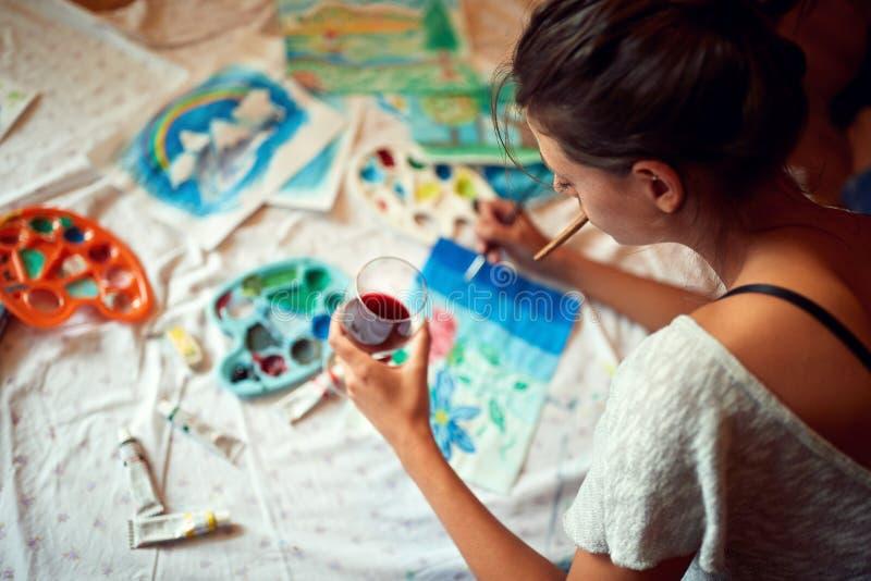Kobieta cieszy się w obrazie z szkłem winograd obrazy royalty free