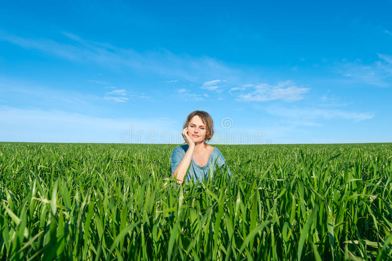 Kobieta cieszy się w zieleni polu zdjęcie royalty free