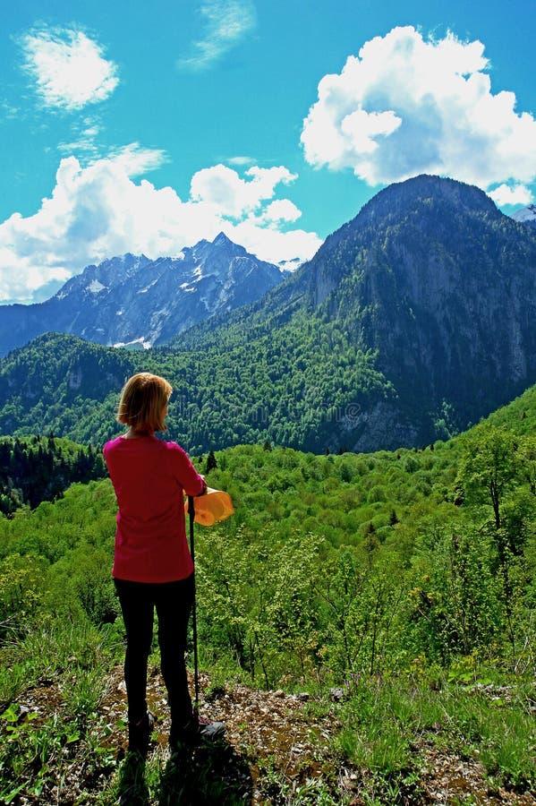 Kobieta cieszy się widok góry zdjęcie royalty free