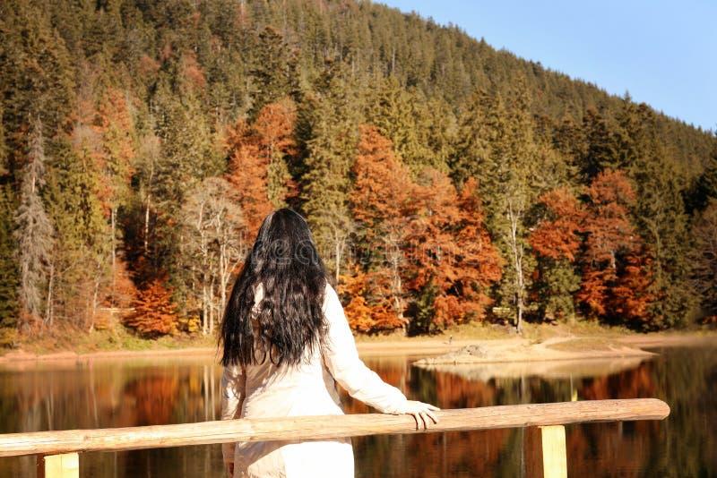 Kobieta cieszy się widok jesień las fotografia stock