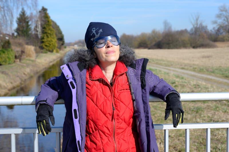 Kobieta cieszy się zimy słońce zdjęcie royalty free