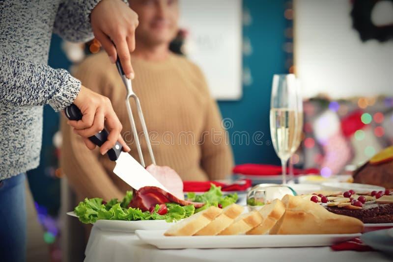 Kobieta ciie smakowitego baleron podczas Bożenarodzeniowego gościa restauracji w domu fotografia stock
