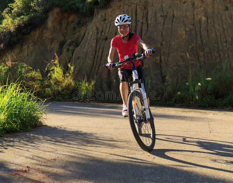 Kobieta cyklisty kolarstwa rower górski zdjęcia royalty free