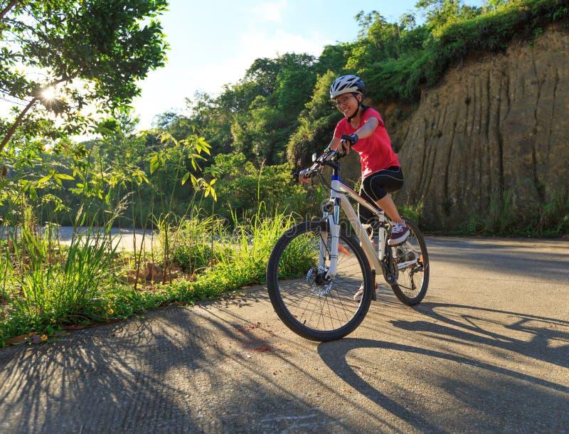 Kobieta cyklisty kolarstwa rower górski zdjęcie royalty free