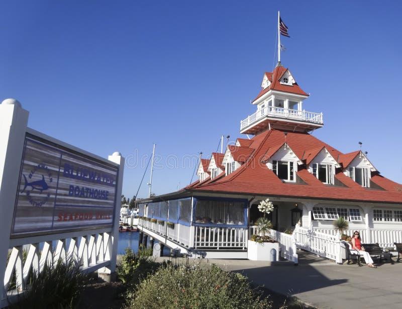 Kobieta Czeka Mieć gościa restauracji przy Bluewater Boathouse zdjęcie royalty free