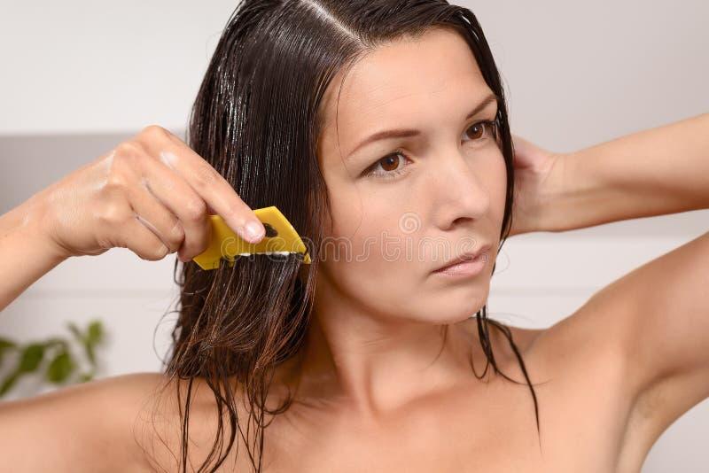 Kobieta czesze out wszy w jej włosy fotografia royalty free