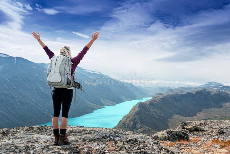 Kobieta czuje swobodnie i stoi z rękami up fotografia royalty free