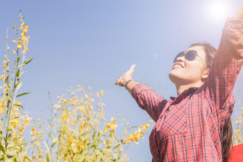 Kobieta czuje szczęśliwie obrazy royalty free