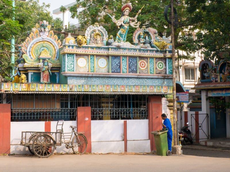 Kobieta czyści frontowego halley świątynia fotografia stock