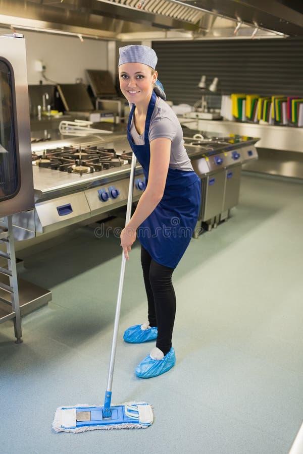 Kobieta czyści kuchnię zdjęcie royalty free
