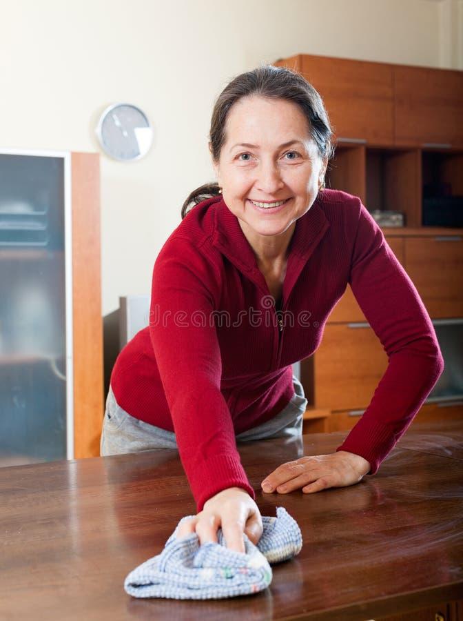 Kobieta czyści stół obrazy stock