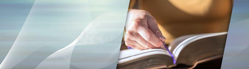 Kobieta czyta biblię, ciężki światło; panoramiczny sztandar fotografia royalty free