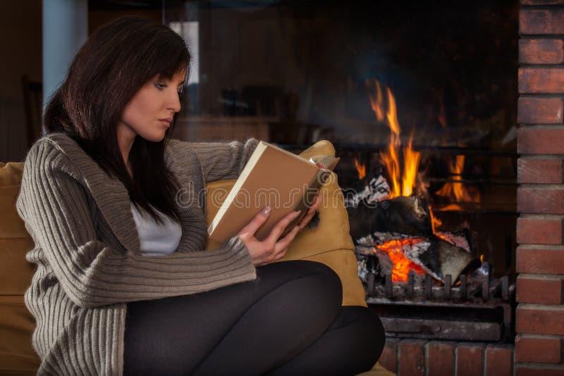 Kobieta czyta książkę grabą obrazy royalty free