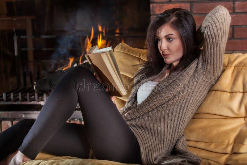 Kobieta czyta książkę grabą fotografia stock