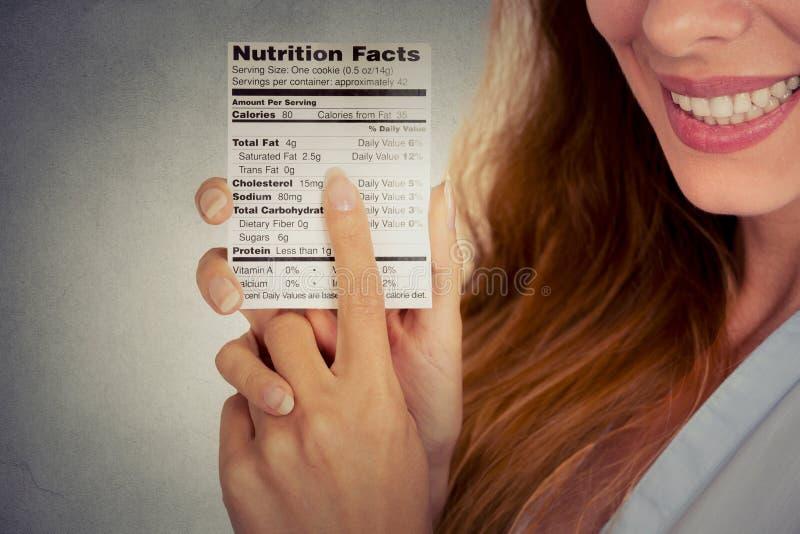 Kobieta czyta zdrowych karmowych odżywianie fact zdjęcie stock