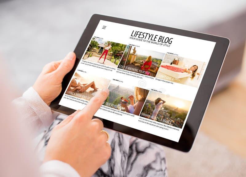 Kobieta czytelniczy blog na pastylce zdjęcia stock