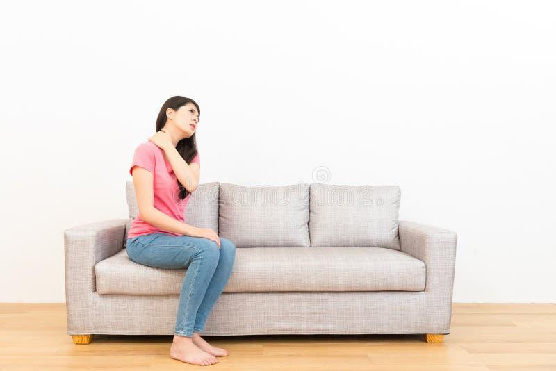 Kobieta długiego czasu uczucia ramienia siedzący ból zdjęcia royalty free