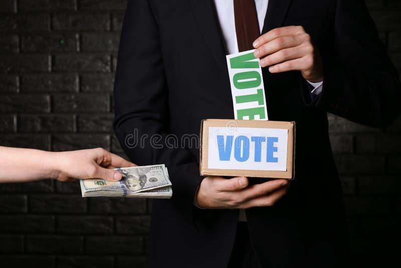 Kobieta daje łapówce polityk dla głosowania na ciemnym tle banknot?w poj?cia korupci dolarowej koperty odosobniony biel obraz royalty free