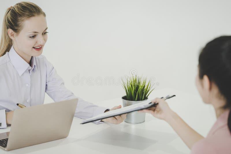 Kobieta daje życiorysu dokumentowi biuro w akcydensowym wywiadzie obraz stock