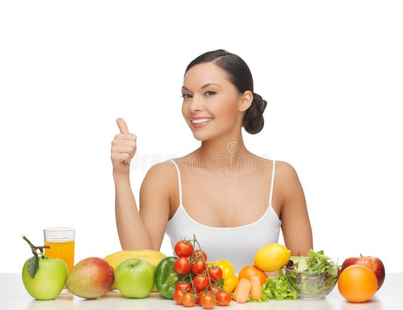 Kobieta daje aprobatom z owoc i warzywo obrazy stock