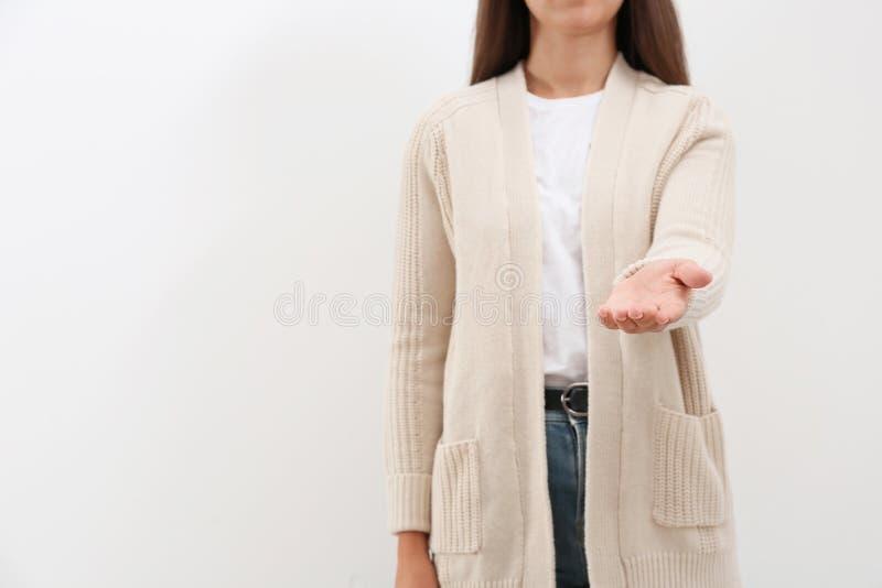 Kobieta daje pomocnej dłoni na lekkim tle zdjęcie stock