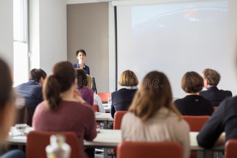 Kobieta daje prezentaci w odczytowej sala przy uniwersytetem obraz royalty free