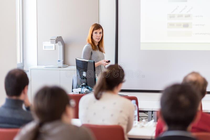 Kobieta daje prezentaci w odczytowej sala przy uniwersytetem zdjęcie royalty free