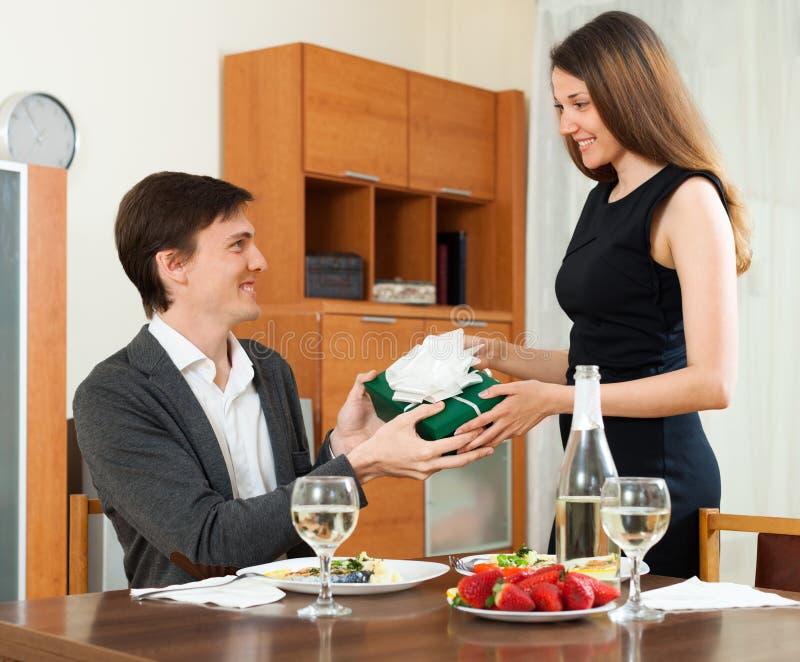 Kobieta daje prezentowi mężczyzna fotografia royalty free