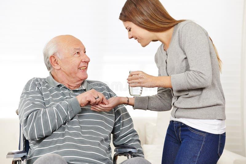 Kobieta daje starszego mężczyzna zdjęcie stock