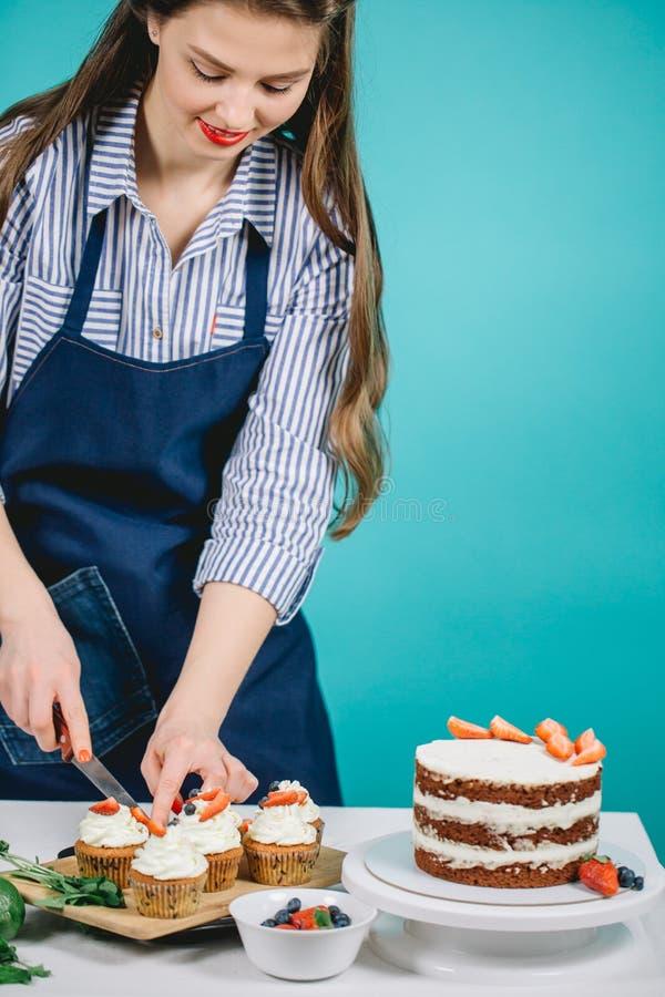 Kobieta dekoruje wyśmienicie tort obrazy royalty free