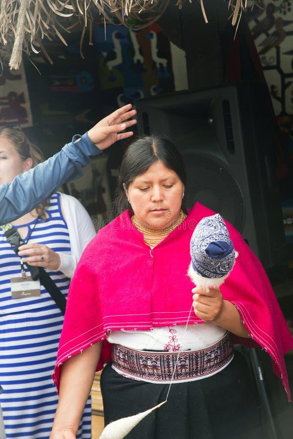 Kobieta demonstruje tkactwo zdjęcia royalty free