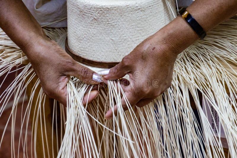 Kobieta demonstruje tkactwo Panamski kapelusz obrazy stock