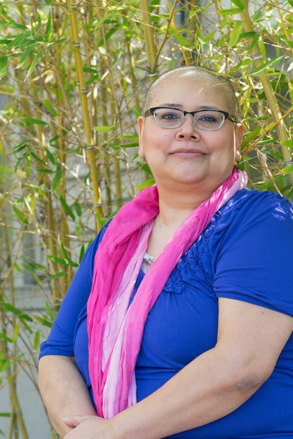 Kobieta Diagnozująca Z nowotworem Utrzymuje Pozytywną postawę zdjęcia royalty free