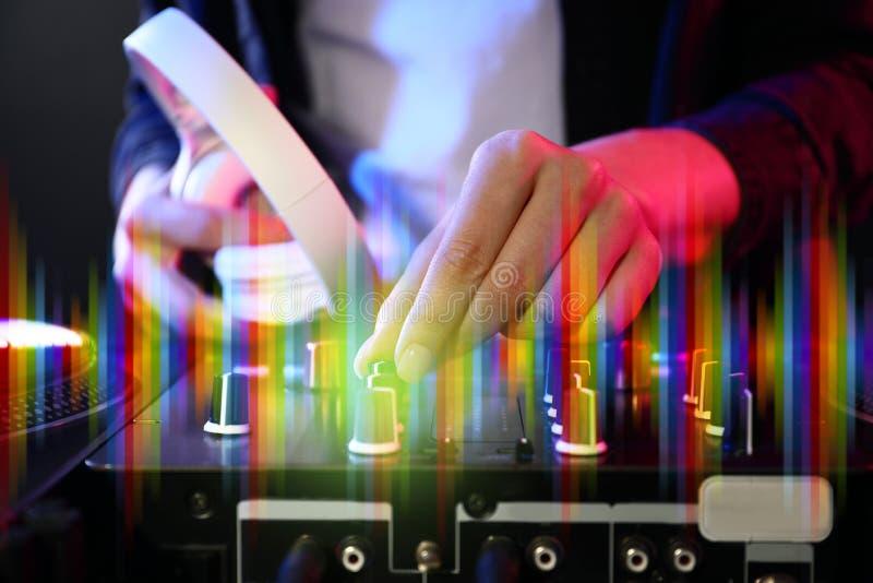 Kobieta DJ miesza muzykę, zbliżenie obraz stock