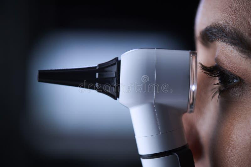 Kobieta doktorski używa otoskop, boczny widok, zakończenie up obrazy royalty free