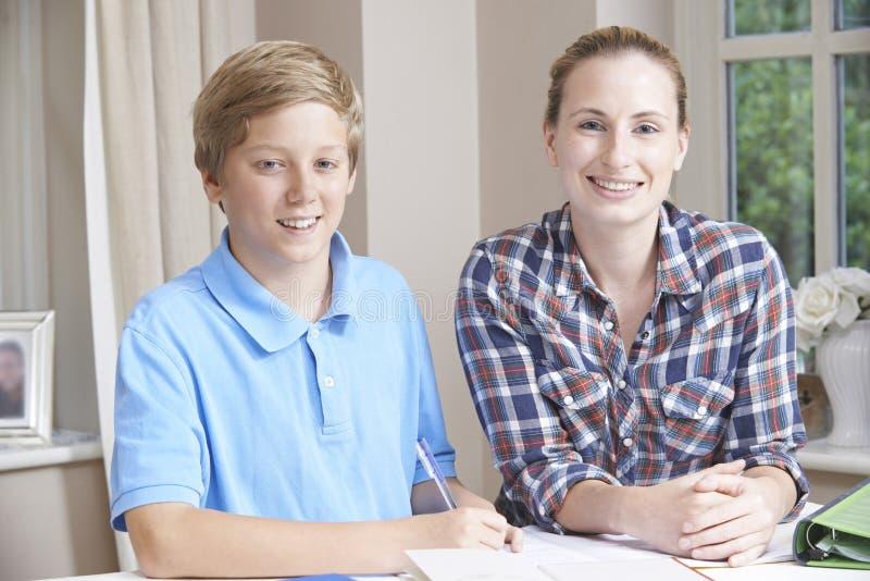 Kobieta Domowego adiunkta Pomaga chłopiec Z studiami zdjęcie stock