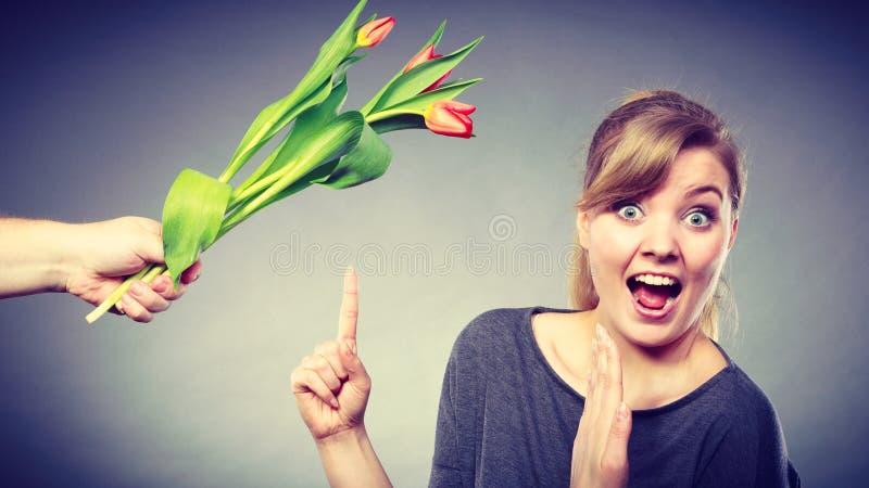 Kobieta dostaje bukiet tulipany od mężczyzna obrazy royalty free