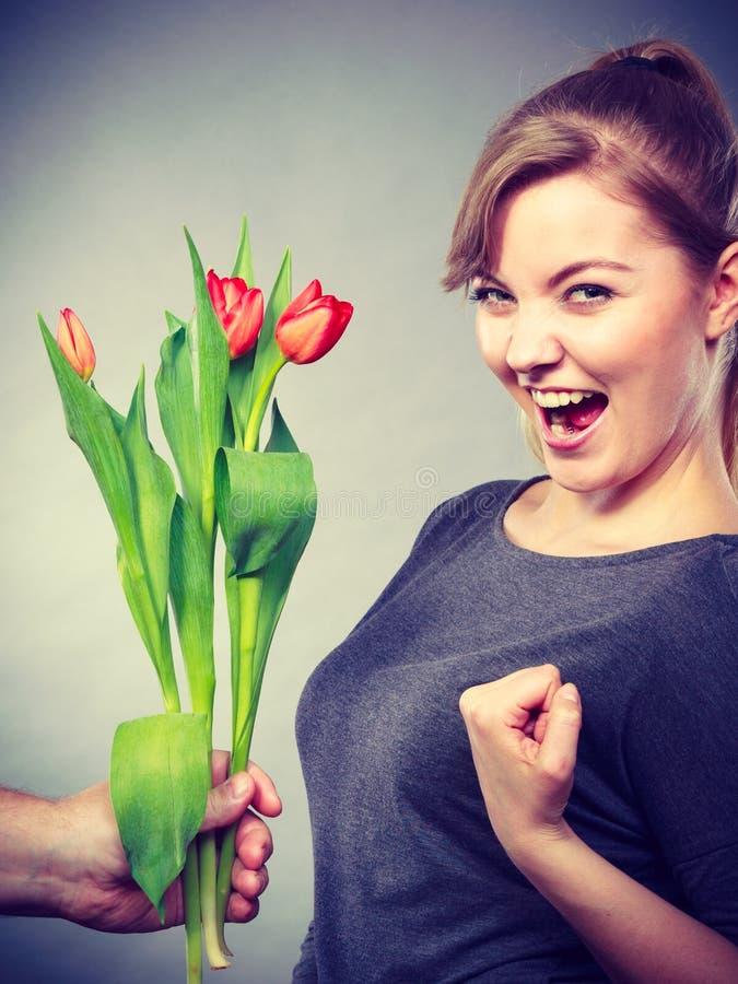 Kobieta dostaje bukiet tulipany od mężczyzna obraz stock