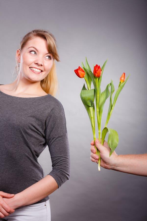 Kobieta dostaje bukiet tulipany od mężczyzna zdjęcia stock
