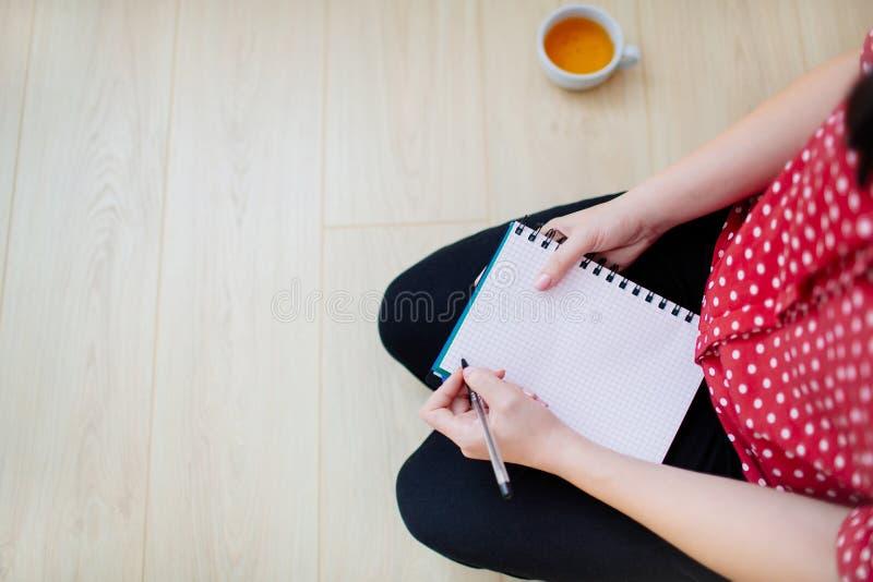 Kobieta dostaje gotową pisać w notepad fotografia royalty free