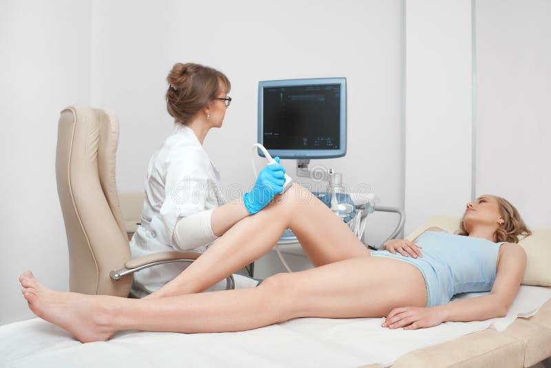 Kobieta dostaje kolanowego ultradźwięku skanerowania egzamin przy kliniką obrazy royalty free