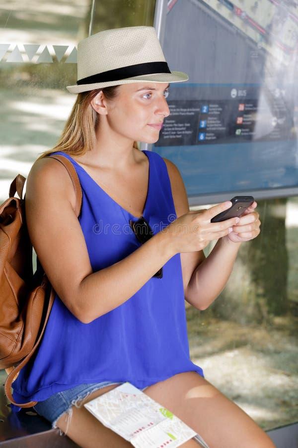 Kobieta dostaje lotniczego bilet na mądrze telefonie w lotnisku zdjęcie stock
