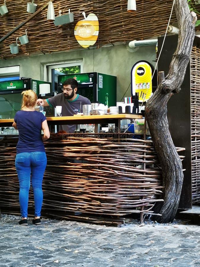 Kobieta dostaje napój przy barem przy Cukiernianym Verona w Bucharest, Rumunia fotografia royalty free