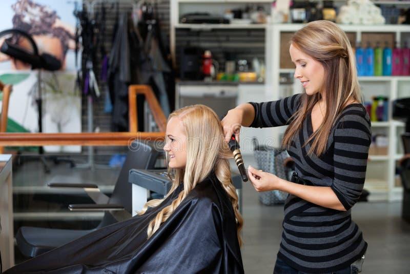 Kobieta Dostaje Nową fryzurę zdjęcia royalty free