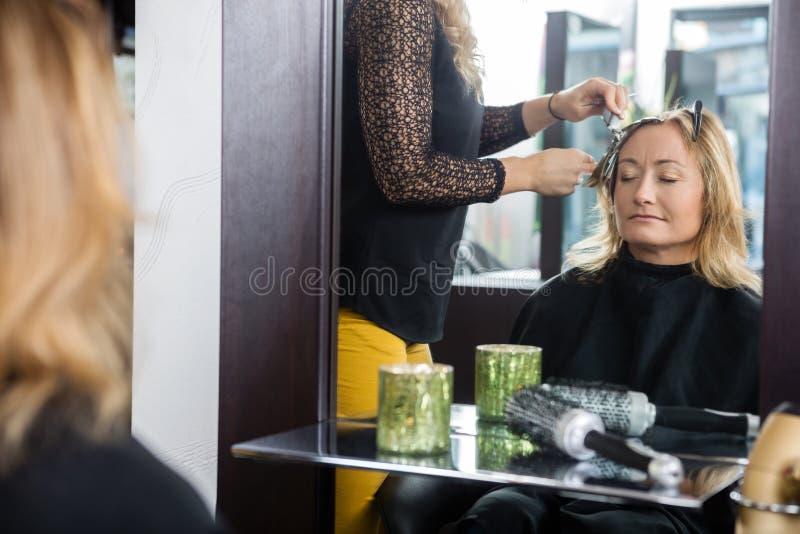 Kobieta Dostaje Nową fryzurę W bawialni obraz royalty free