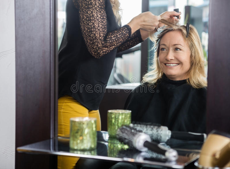 Kobieta Dostaje Nową fryzurę W piękno bawialni obraz stock
