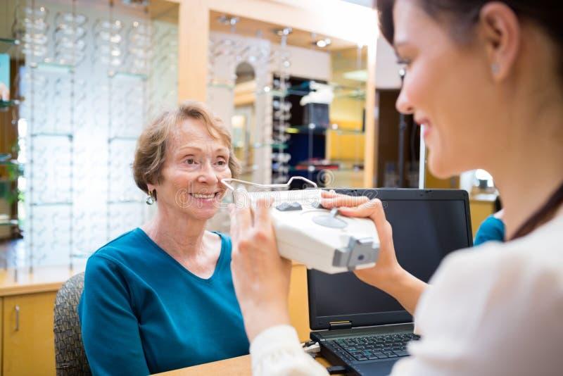 Kobieta Dostaje oko test Od oftalmologa obraz royalty free