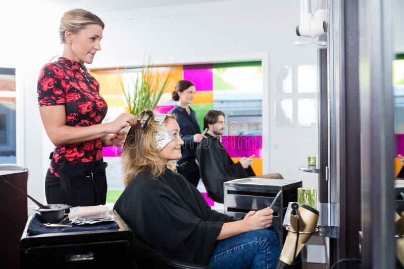 Kobieta Dostaje Ona włosy Farbujący W salonie zdjęcie royalty free